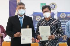 (Kiri-kanan) Wakil Rektor Bidang Akademik  Universitas Narotama Dr. M. Ikhsan Setiawan, S.T., M.T. dan Ketua Program Studi Ilmu Hukum Unas Masidin, S.H., M.H. saat penandatanganan MoA pada Rabu, 16 Juni 2021 di Ruang Seminar Blok 1 Lantai 4 Unas