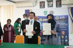 (Kiri-kanan) Wakil Rektor Bidang Akademik  Universitas Narotama Dr. M. Ikhsan Setiawan, S.T., M.T. dan Ketua Program Studi Manajemen Unas Dr. Rahayu Lestari, S.E., M.M. saat penandatanganan MoA pada Rabu, 16 Juni 2021 di Ruang Seminar Blok 1 Lantai 4 Unas