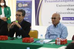 Pemberian kata sambutan oleh Rektor Universitas Narotama Dr. Ir. H. Sri Wiwoho Mudjanarko, S.T., M.T., IPM. (kiri) dalam acara acara penandatanganan MoU dan MoA di Ruang Seminar Blok 1 Lantai 4 Unas, Rabu 16 Juni 2021