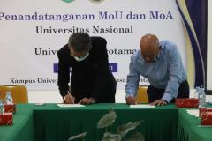 Prosesi penandatanganan MoU Unas dan Universitas Narotama oleh Rektor Universitas Nasional Dr. El Amry Bermawi Putera, M.A. (kanan) dan Rektor Universitas Narotama Dr. Ir. H. Sri Wiwoho Mudjanarko, S.T., M.T., IPM. (kiri) pada Rabu, 16 Juni 2021 di Ruang Seminar Blok 1 Lantai 4 Unas