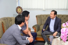 Operating Rector dari Cyber  Hankuk University for Foreign Studies, di Korea Selatan Prof. Dr. Jan Youn Cho, MPA., CPA. (kanan) saat berbincang dengan Direktur Korean Cultural Center Indonesia Mr. Chun Youngpoung dan rombongan