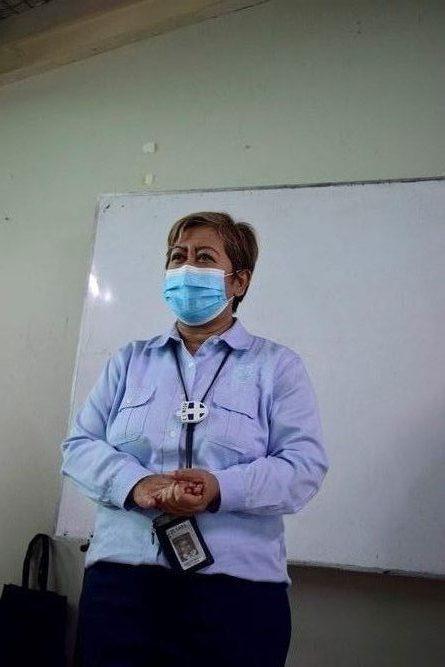 Kepala Seksi Kerjasama dan Humas DJP Kanwil Jakarta Selatan II, Indriastuti Heny Setyawati  sedang memberikan pendampingan dalam Pengisiann SPT Tahunan bagi dosen dan karyawna Unas.