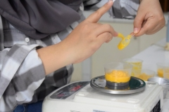 Proses pembuatan dessert buah Alkesah oleh mahasiswa
