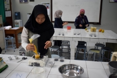 Proses pengolahan buah alkesah menjadi dessert di laboratorium fakultas pertanian Unas