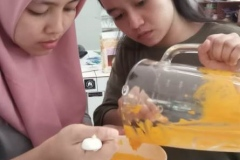 Mahasiswa Pertanian Unas sedang membuat penelitian buah alkesah
