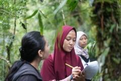 Mahasiswa Fakultas Biologi melakukan pencatatab pada temuan jamur yang didapat