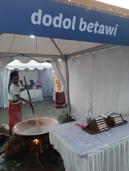 Masyarakat Setu Babakan mengaduk dodol betawi yang merupakan makanan khas betawi