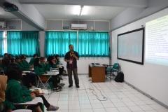 instuktur sedang menjelaskan materi kepada mahasiswa baru