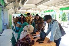 Perserta PLBA sedang memadati pusat informasi