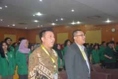instruktur, panitia, dan peserta PLBA sedang menyanyikan lagu Indonesia Raya dan Mars UNAS