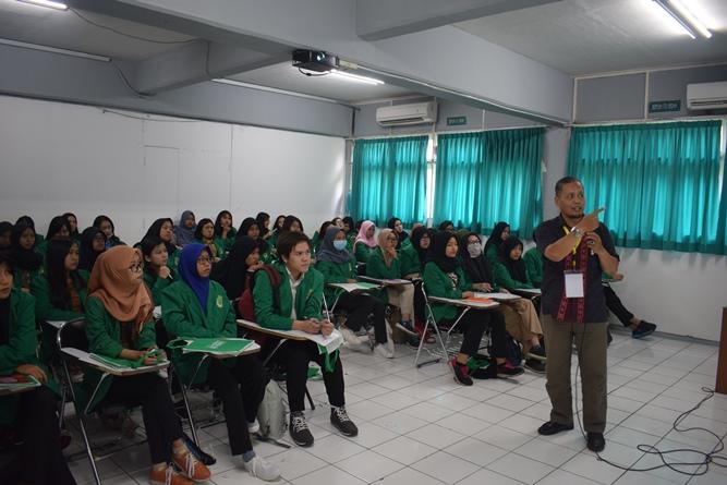 peserta sadang mendengarkan materi yang diberi oleh instruktur