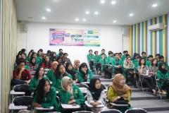 para peserta sedang mendengarkan materi dari instruktur