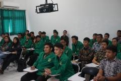peserta PLBA sedang mendengarkan materi dari instruktur (2)