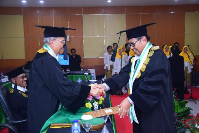 Proses pengukuhan Prof. Dr. Eko Sugiyato, M.Si oleh ketua Majelis Guru Besar UNAS, Prof. Dr. Umar Basalim, DES. di Auditorium UNAS Jakarta, 30 Maret 2019