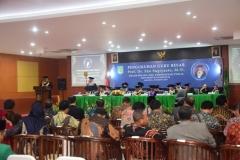Prof. Dr. Eko Sugiyanto, M.Si. memberikan orasi ilmiah didepan para majelis guru besar dabn para undangan