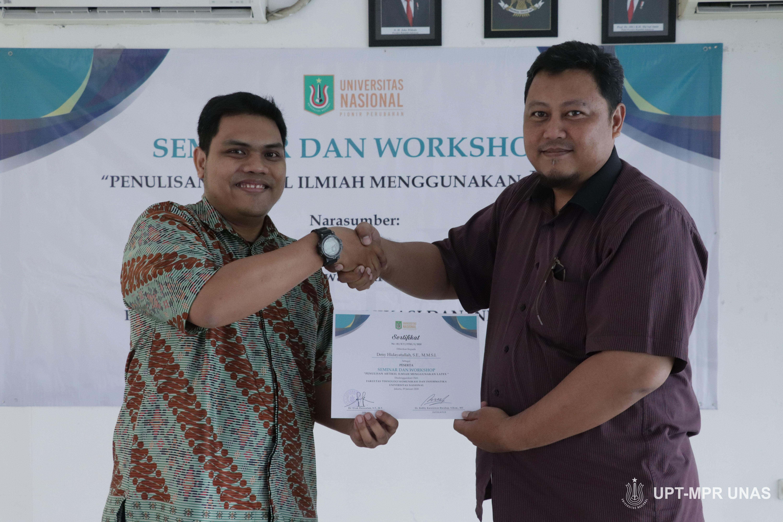 Pemberian sertifikat kepada peserta seminar dan workshop oleh pemateri Dr. Robby Kurniawan Harahap, S.Kom., MT. kepada Deny Hidayatullah, S.E., MMSI