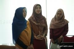 """Dosen FTKI Dr. Fauziah, S.Kom., MMSI (kiri) dan Wakil Dekan FTKI Dr. Septi Andryana, S.Kom. MMSI. (kanan) saat kegiatan Seminar dan Workshop """"Penulisan Artikel Ilmiah Menggunakan LATEX"""" di Ruang Seminar selasar lantai 3 Universitas Nasional, Rabu (29/1)"""