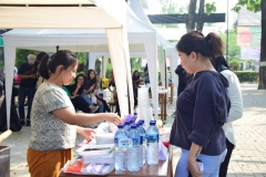 mahasiswa sedang mengunjungi stand bazar dalam perayaan dies natalis fakultas hukum