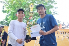 panitia sedang memberikan hadiah kepada pemenang lomba futsal dalam penutupan dies natalis (2)
