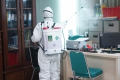 Penyemprotan desinfektan dilakukan di ruang sekretariat Pascasarjana Universitas Nasional
