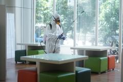 penyemprotan desinfektan di counter ppmb sekolah pascasarjana