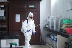 laboratorium juga disemprotkan desinfektan agar terbebas dar virus covid-19
