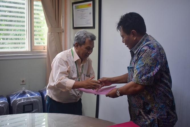 penyerahan bantuan umroh kepada Bapak Achmad Husen selaku staf pembukuan UNAS