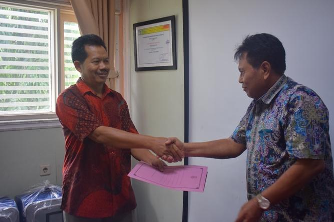 penyerahan bantuan umroh kepada Bapak Drs. Somadi, M.Pd