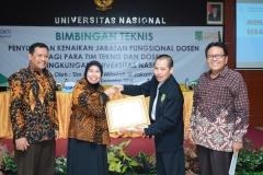 Penyerahan sertifikat Universe Nasional as The 562nd Wotld's Most Sustainable University dari Presiden Unas Go Green 2021 kepada UNAS (1)
