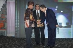 Menteri Riset, Teknologi dan Pendidikan Tinggi, Prof.  Mohamad Nasir, Ph.D., Ak, (kiri) bersalaman dengan mantan Vice President  of  Hankuk University  for Foreign Studies Prof. Dr. Jan Youn Cho, MPA., CPA. (kanan) dalam acara Hari Kebangkitan Teknologi Nasional (HAKTEKNAS) ke 24 di Sanur, Bali, Senin (26/8).