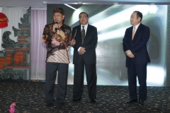 Menteri Riset, Teknologi dan Pendidikan Tinggi, Prof.  Mohamad Nasir, Ph.D., Ak, (batik) memberikan sambutan dalam acara Hari Kebangkitan Teknologi Nasional (HAKTEKNAS) ke 24 di Sanur, Bali, Senin (26/8).  sekaligus Ia memberikan izin prinsip pendirian Universitas Siber Asia kepada Yayasan Memajukan Ilmu dan Kebudayaan (YMIK) yang dalam hal ini diberikan kepada Ketua Pengurus YMIK, Dr. Ramlan Siregar, M.Si. dan di dampingi oleh rektor universitas siber asia Prof. Dr. Jan Youn Cho, MPA., CPA.