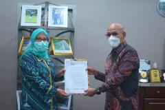 Rektor UNAS, Dr. El Amry Bermawi Putra, MA. (kanan) menyerahkan Surat Keputusan Organizing Committee Konsorsium Publikasi Ilmiah Bidang Ilmu Sosial kepada Wakil Dekan FISIP I UMJ, Dr. Evi Satispi, M.Si. (kiri) pada Rabu, 17 Maret 2021 di Universitas Nasional