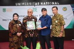 Foto bersama dengan Riza Marlon Alumni Biologi UNAS yang berhasil menulis tentang Biologi