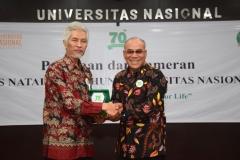 Penyerahan Cinderamata Oleh Rektor UNAS untuk Prof. Dr. Endang Sukara