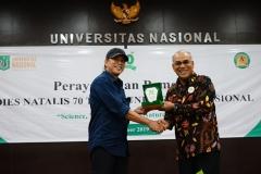Rektor Universitas Nasional Dr.Drs. El Amry Bermawi Putera, M.A (kanan) memberikan cinderamata kepada alumni Biologi Unas