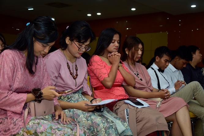 jemaat-sedang-berdoa-dalam-perayaan-Ibadah-Natal