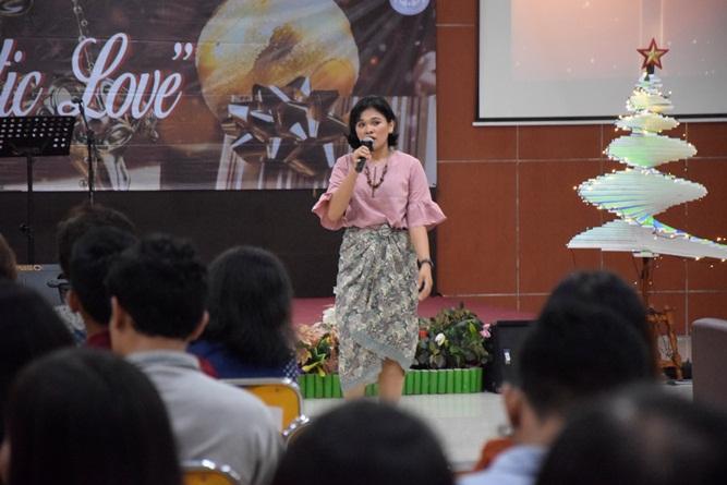 mahasiswa-Unas-sedang-tampil-dalam-kegiatan-menjadi-pelayan-ragam-sifat-dalam-perayaan-Natal