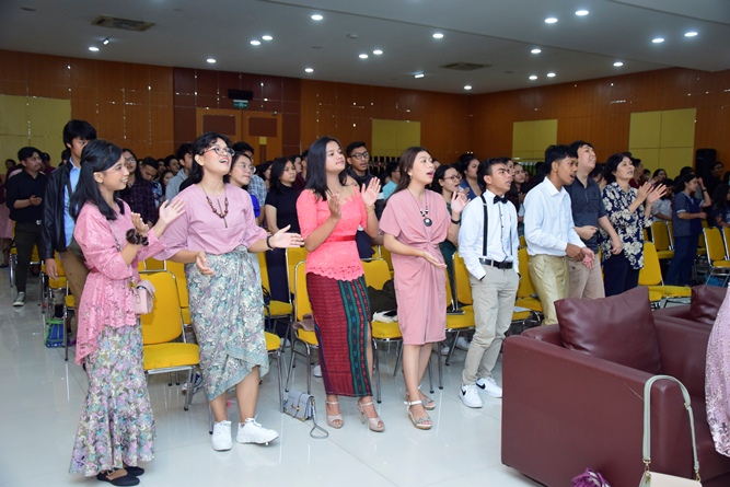 para-jemaat-sedang-merayakan-ibadah-natal