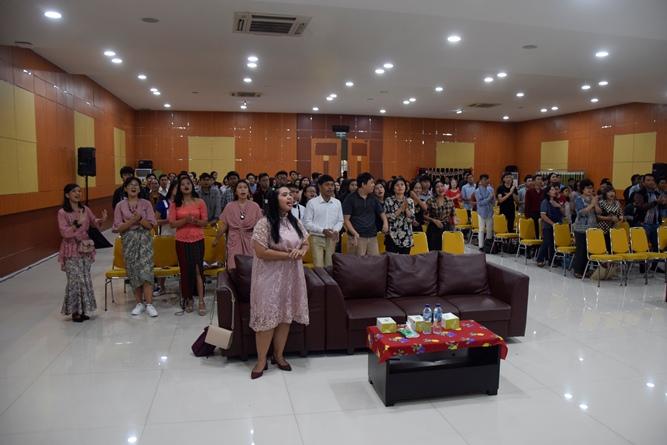 suasana-para-jemaat-yang-sedang-melangsungkan-ibadah-natal