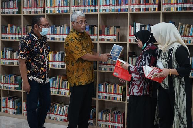 Para tamu undangan saat meninjau syber library UNAS pada Kamis 10 Juni 2021
