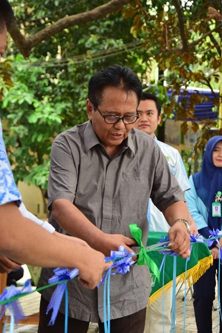 Pemotongan Pita oleh Wakil Rektor Bidang Administrasi, Keuangan, dan Sumber Daya Manusia Prof. Dr. Drs. Eko Sugiyanto M.Si