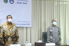 (Kiri-kanan) Ketua Pengurus Yayasan Memajukan Ilmu dan Kebudayaan (YMIK), Dr. Ramlan Siregar, M.Si, Rektor Universitas Nasional Dr. El. Amry Bermawi Putera, M.A. dalam acara Peresmian Universitas Siber Asia, saat menyanyikan Indonesia Raya pada Selasa, 22 September 2020