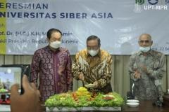 Pemotongan tumpeng oleh Ketua Pengurus Yayasan Memajukan Ilmu dan Kebudayaan (YMIK), Dr. Ramlan Siregar, M.Si.  bersama Rektor Unsia, Prof. Jang Youn Cho, Ph.D, CPA. (kiri) dan Rektor Universitas Nasional Dr. El. Amry Bermawi Putera, M.A. (kanan) dalam acara Peresmian Universitas Siber Asia oleh Wakil Presiden Republik Indonesia (RI), Prof. Dr. (HC) KH Ma'ruf Amin pada Selasa, 22 September 2020