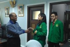 Mahasisawa berjabat tangan dengan rektor 5