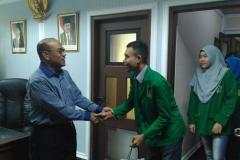 Mahasisawa berjabat tangan dengan rektor 3