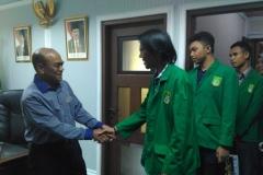 Mahasisawa berjabat tangan dengan rektor