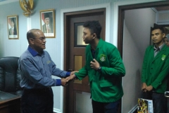 Mahasiswa berjabat tangan dengan rektor 2