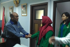 Mahasiswa berjabat tangan dengan rektor 4