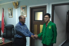 Mahasiswa berjabat tangan dengan rektor 6