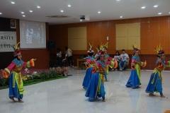 penampilan tari tradisional oleh mahasiswa ABANAS